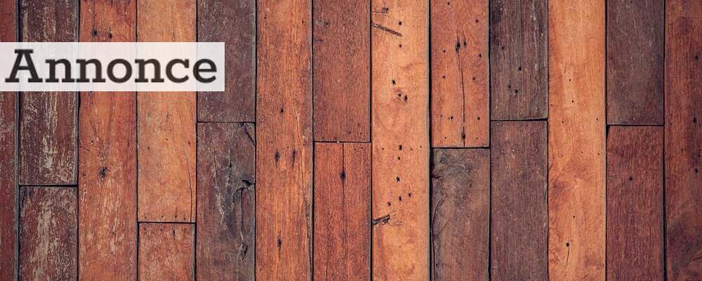 Hvis dit gulv er lige så skade som dette, er det ikke nok bare at få det slebet. Her skal skrappere midler i brug.