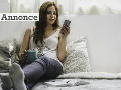 Kvinder med telefon og kaffe.
